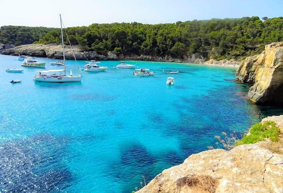 Calas de Menorca a las que se puede llegar en autobús