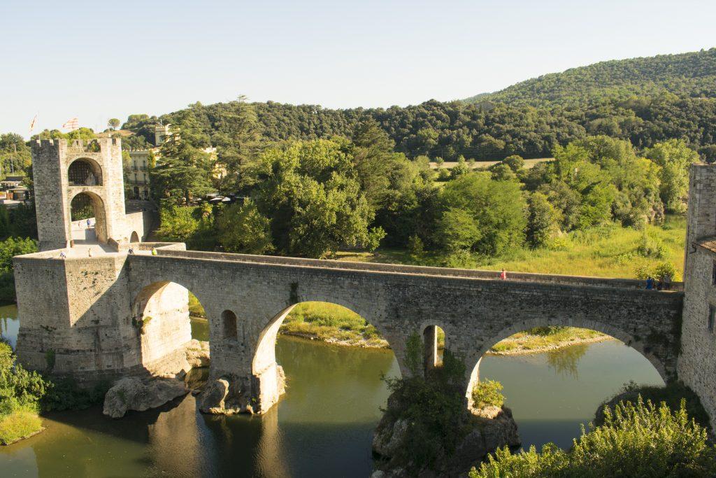 Ponte medievale e fiume Fluvià